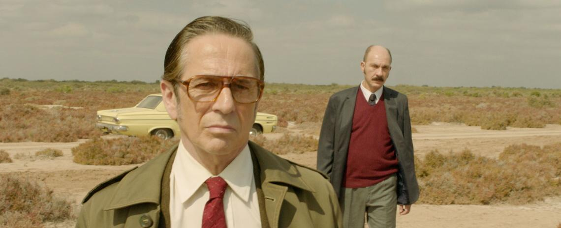 Claudio (Darío Grandinetti, right) is keeping a secret and Detective Sinclair (Alfredo Castro) wants answers in Benjamín Naishtat's Rojo.